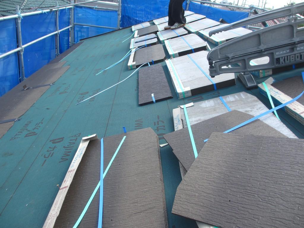 屋根に軽いスレート瓦を載せています