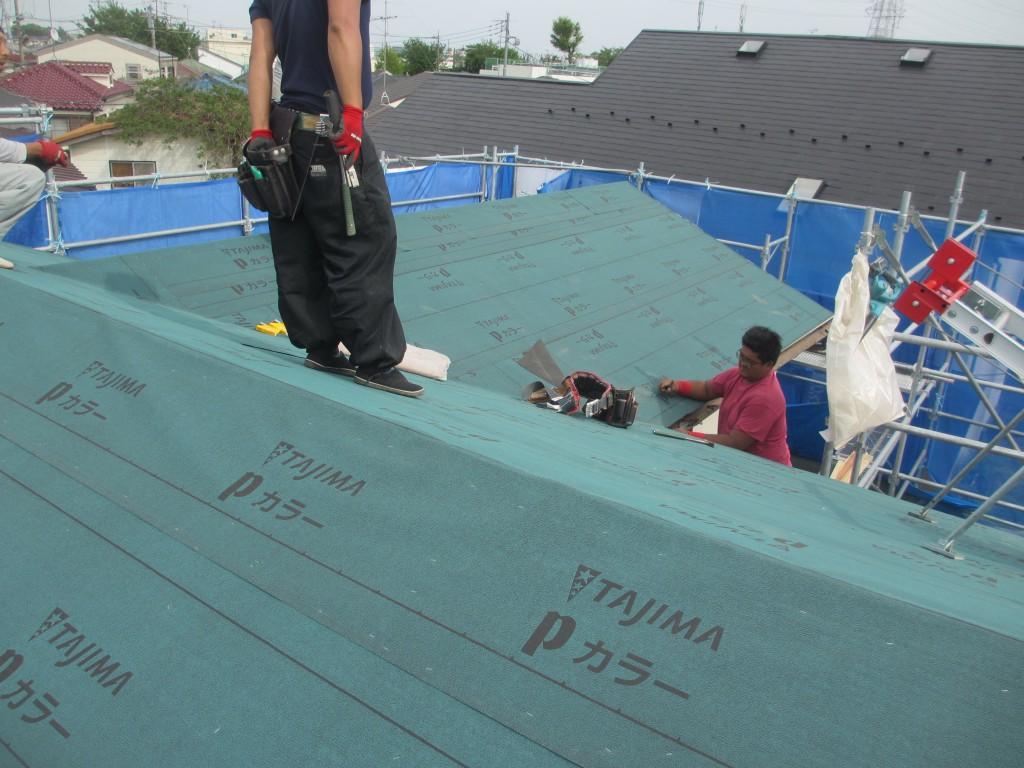 屋根にルーフイングを敷いています2