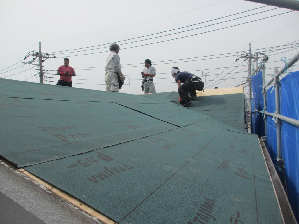 屋根にルーフイングを敷いています