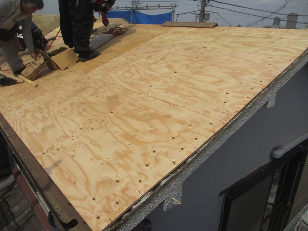 屋根の下地を作っています