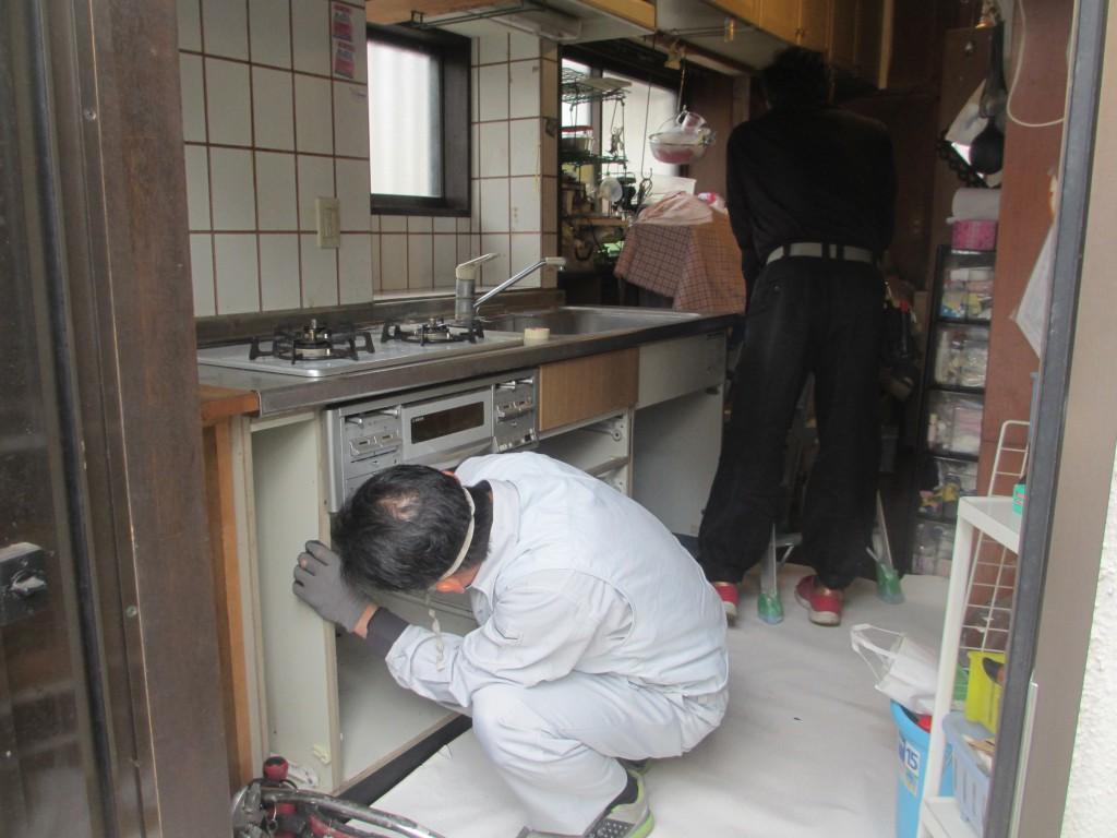 キッチンを解体しています